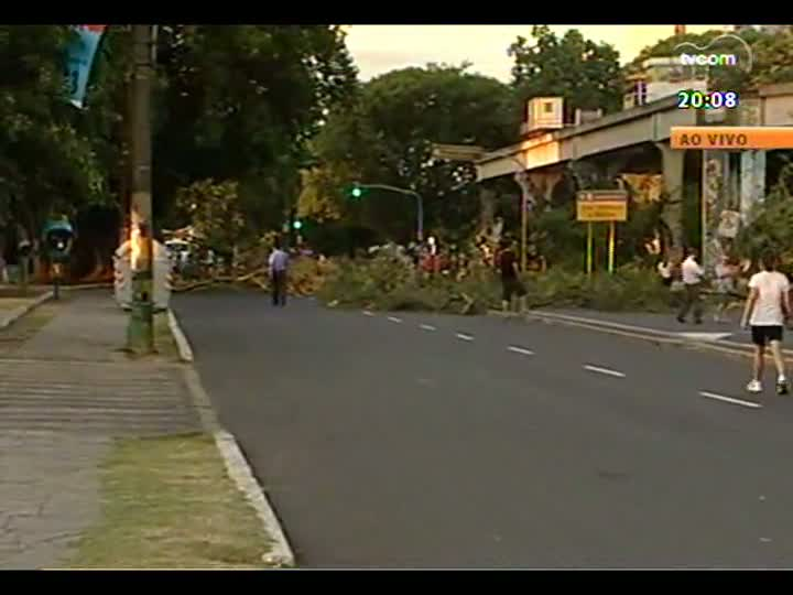 TVCOM 20 Horas - Protesto contra corte de árvores perturba trânsito em Porto Alegre - Bloco 2 - 07/02/2013