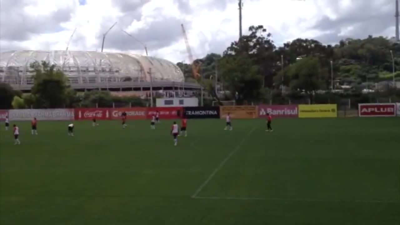 Sob os olhares da direção, Inter treina com Forlán no ataque. 22/11/2013
