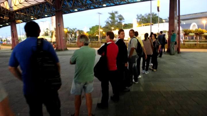 Passageiros fazem fila no terminal Triângulo, em Porto Alegre