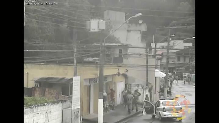 Moradores do Matadouro, em Itajaí, cercam guarnição da PM durante abordagem