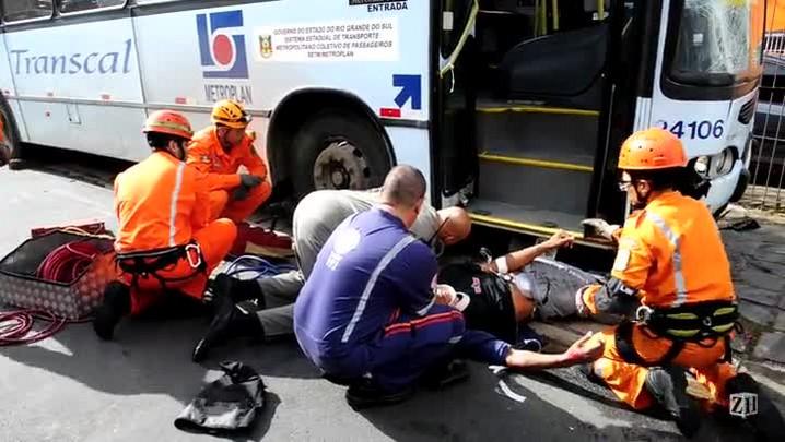Motociclista fica preso embaixo de ônibus após acidente na zona norte da Capital