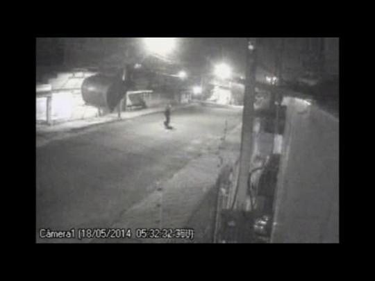 Vídeo flagra casal que furta moto de prédio em Santa Maria