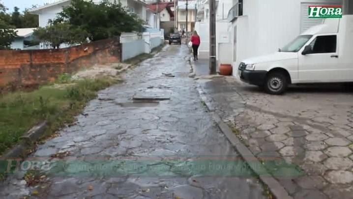 Vazamento de água no bairro Carvoeira, em Florianópolis