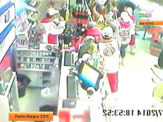 TVCOM 20 Horas - Durou pouco a punição a torcedores que quebraram loja de conveniência em Porto Alegre: os 11 presos foram soltos sem fiança - Bloco 3 - 22/07/2014
