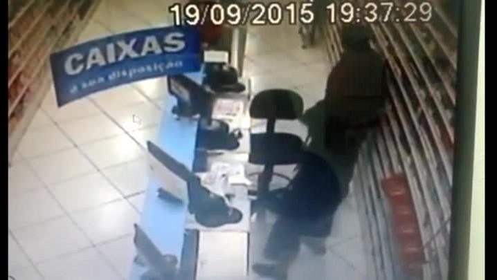 Ladrões rendem funcionária e levam dinheiro de farmácia em Santa Maria
