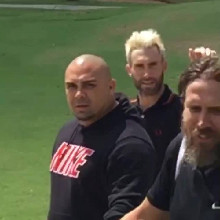 Adam Levine joga golfe no Porto Alegre Country Club