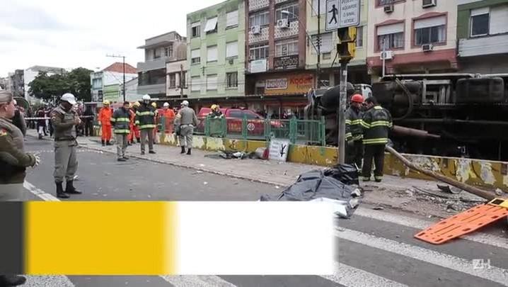 Caminhão tomba em Porto Alegre e mata criança
