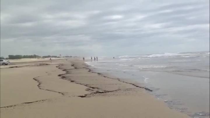 Fuligem de incêndio se acumula em praias do Litoral Norte