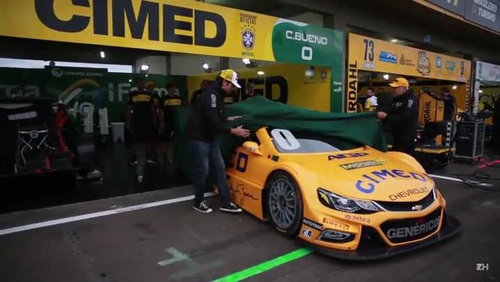 Cacá Bueno apresenta carro em homenagem a Ayrton Senna