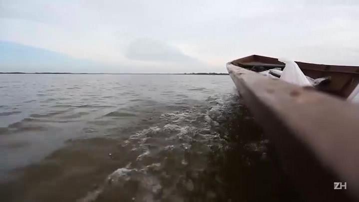 Com acesso alagado, moradores usam barcos para deixar distrito de Uruguaiana