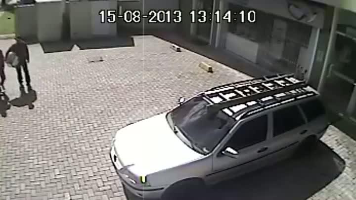 Suspeitos de assalto são filmados saindo com sacolas de loja de Blumenau