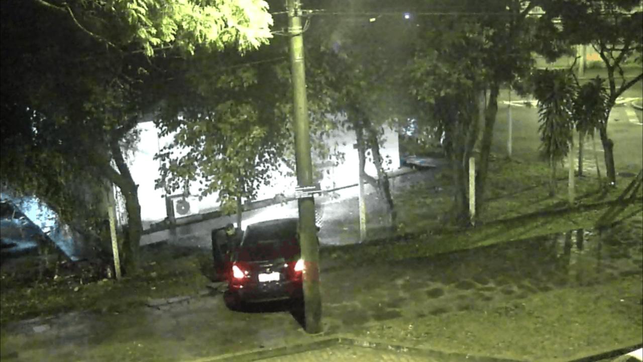 Motorista perde o controle e atinge cerca da EPTC em Porto Alegre