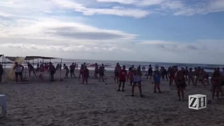 Sol atrai veranistas para a beira da praia em Capão da Canoa