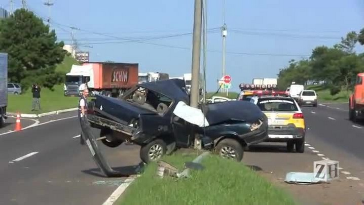 Motorista morre ao bater o carro contra um poste na ERS-239