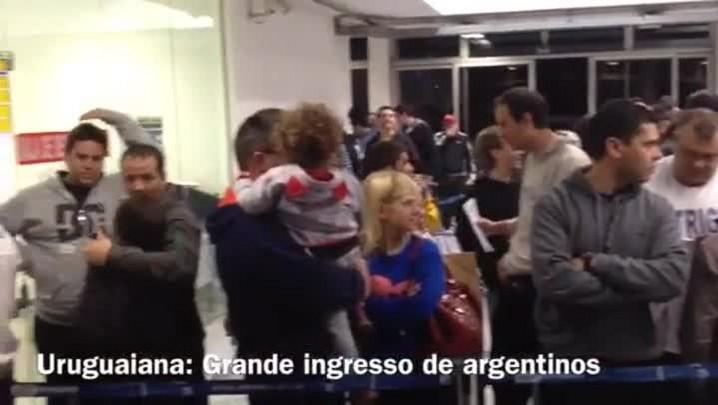 Argentinos fazem festa após cruzar a fronteira em Uruguaiana