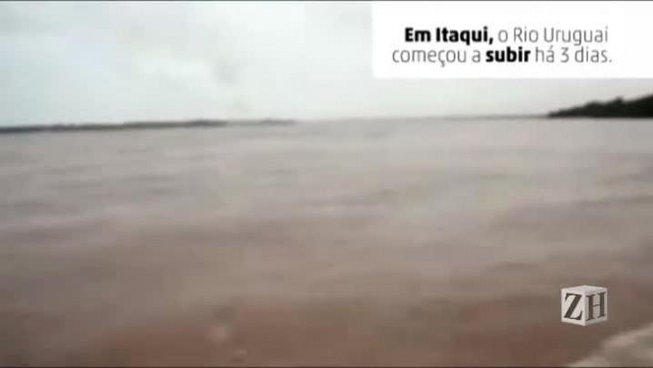 Em Itaqui, casas são removidas inteiras da água