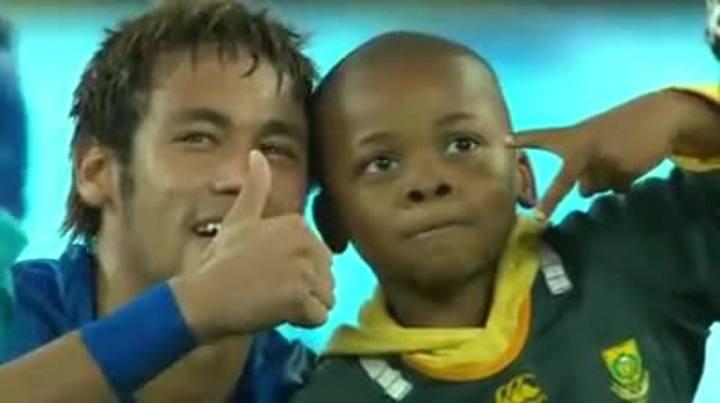 Neymar abraça menino em amistoso da Seleção na África do Sul