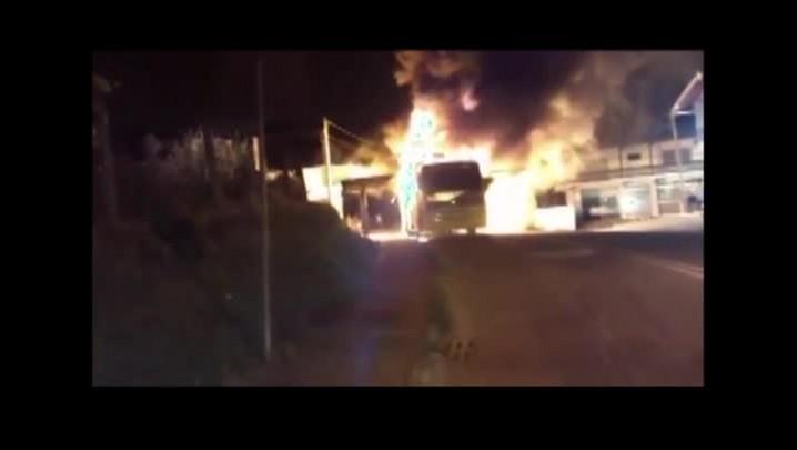 Vídeo mostra momento em que ônibus é incendiado em Blumenau