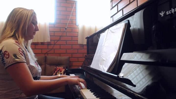 Pianista homenageia JEC com hino e árvore de Natal