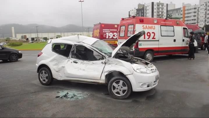 Imagens de cidente entre carro e caminhão na zona norte de Joinville