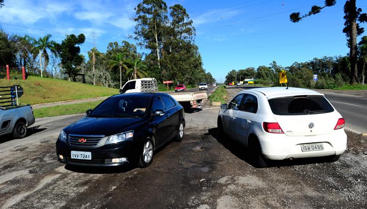 Condutores se arriscam para desviar de cratera na ERS-122, entre Caxias e Farroupilha