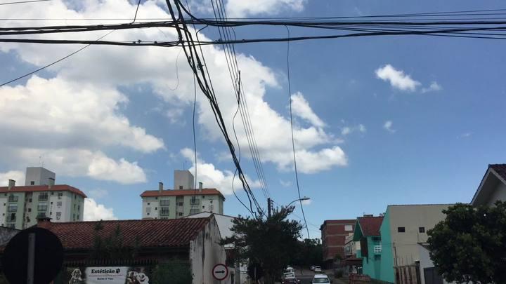 Porto Alegre dos fios caídos e emaranhados