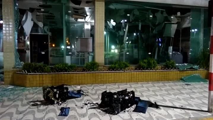 Criminosos explodem dois bancos, fazem reféns e aterrorizam São Sepé