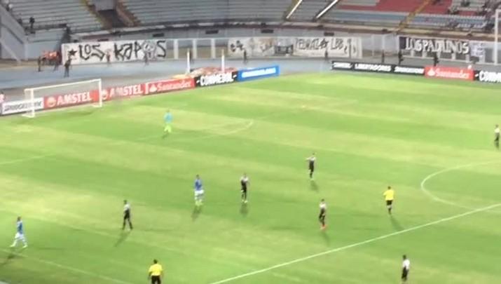 Cachorro invade gramado na estreia do Grêmio na Libertadores