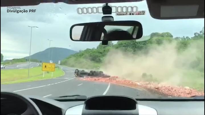Caminhão tomba na BR-101 e deixa duas vítimas