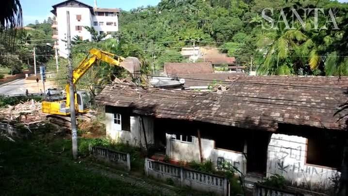 Casas irregulares são demolidas em Blumenau