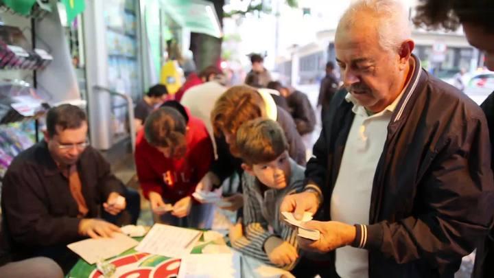 Colecionadores se reúnem para troca de figurinhas da Copa