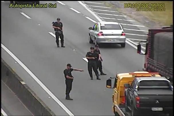 Quadrilha faz blitz falsa e assalta ônibus em Barra Velha