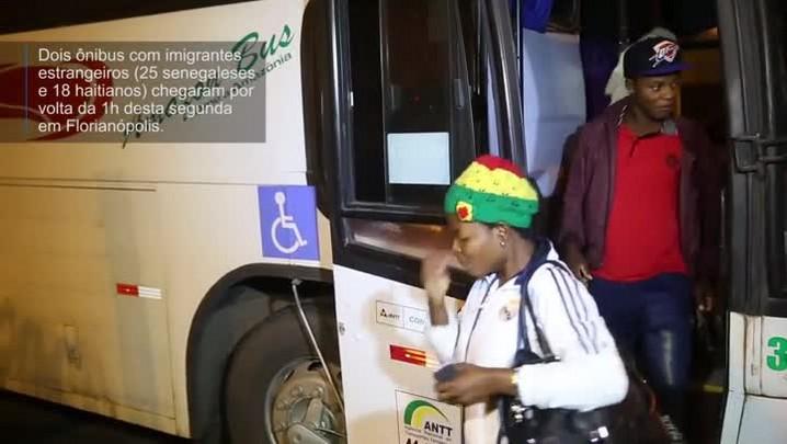 Ônibus com senegaleses e haitianos chegam a Florianópolis