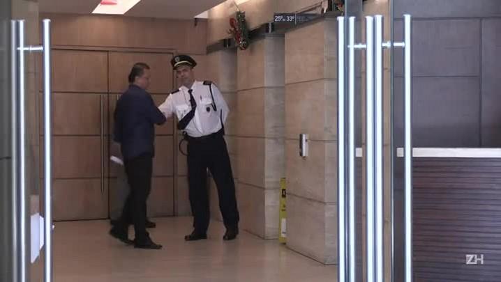 Polícia aprende material em escritório de Cunha