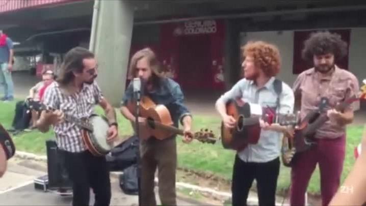 Banda Cartas na Rua faz aquece para show dos Rolling Stones em frente ao Beira-Rio