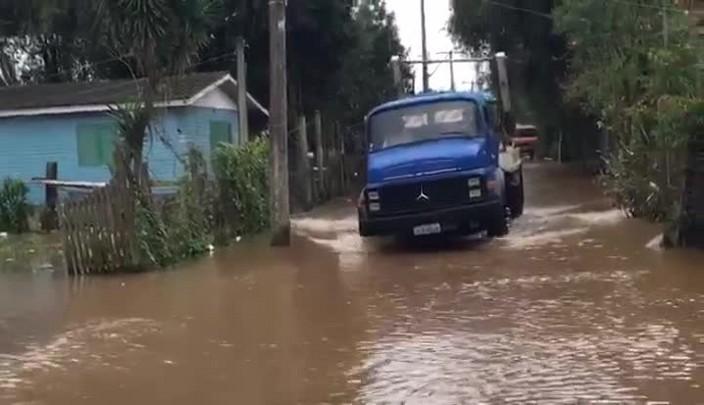 Moradores das ilhas do Guaíba começam a sair de casa devido à cheia
