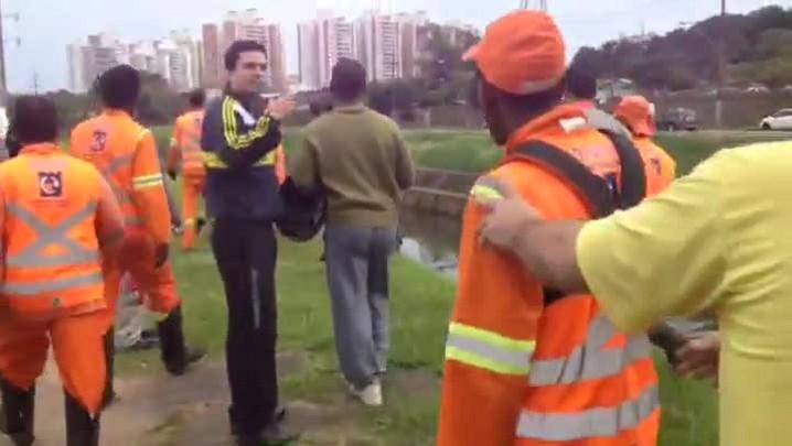 Veja momento em que garis se revoltam com atropelamento de colegas na Avenida Ipiranga