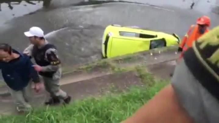Ouvinte registra momento em que carro é jogado no Arroio Dilúvio