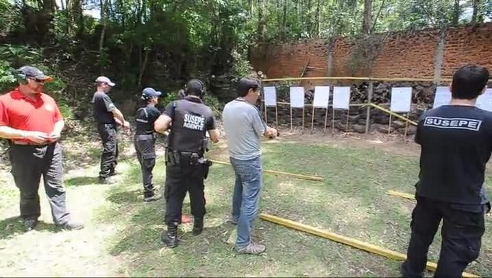 Agentes penitenciários fazem curso para uso de pistola .40