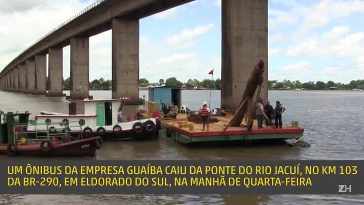 Ônibus que caiu no rio Jacuí é resgatado
