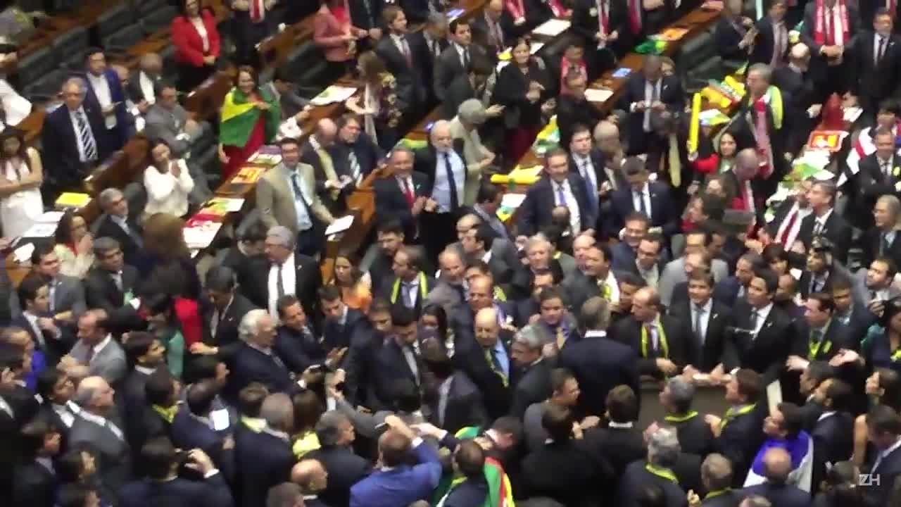 Veja o momento em que Jean Wyllys cospe em Jair Bolsonaro