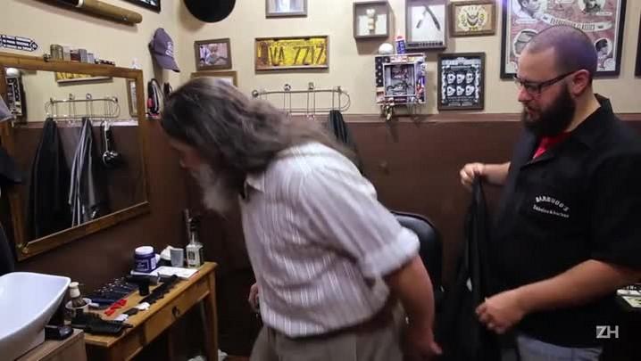 Barba, cabelo e bigode com Luiz Marenco: cantor capricha no visual antes de show no Theatro São Pedro