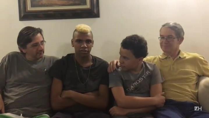 Casal gay que adotou dois meninos compartilha manias em comum