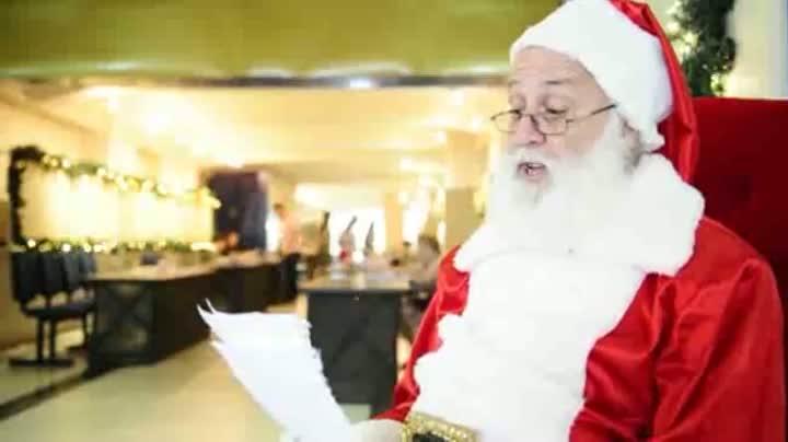 Papai Noel dos Correios lê cartinha escrita por criança