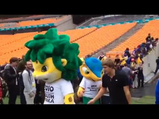 Zakumi e Fuleco, mascotes das Copas de 2010 e 2014, se encontram no Soccer City - 04/03/2014