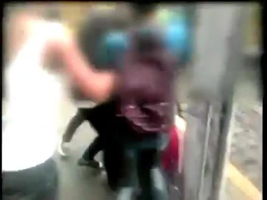 15 adolescentes agridem duas colegas na porta da escola Em Caçador