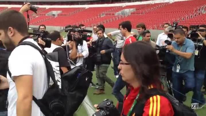 Nilmar volta ao Inter e cai nos braços da torcida