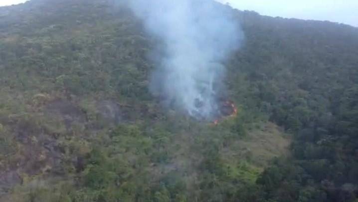 Helicóptero Águia da PM combate incêndio em Ratones, Florianópolis