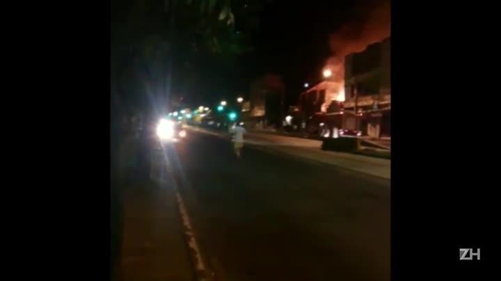 Incêndio atinge loja de móveis na Avenida Bento Gonçalves