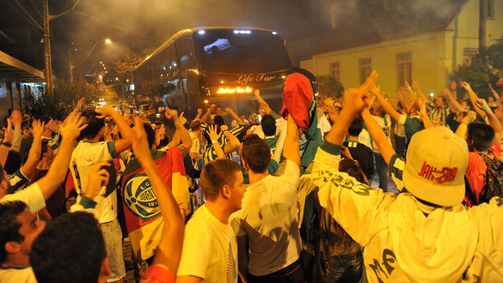 Torcedores do Juventude acompanham saída do ônibus da equipe para jogo do Gauchão